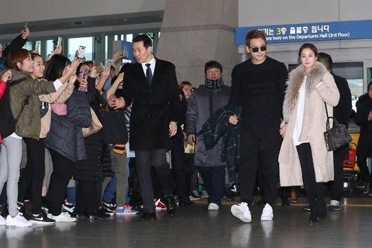 Rain和金泰希前往巴厘岛蜜月旅行 甜蜜亮相机场