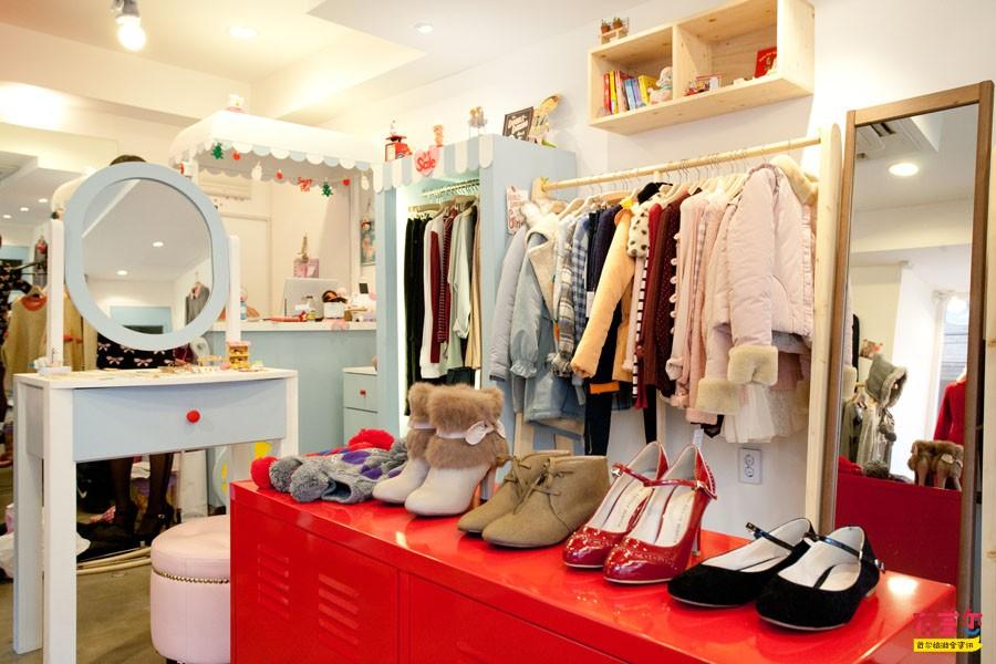 粉色的小沙发、淡蓝色的冰淇淋推车、红色屋顶的小木屋这里不是甜品屋,而是弘大为数不多的几家日系风格服饰店之一Sweet  Pea。浅蓝、嫩粉等甜美色彩,荷叶、蕾丝等梦幻元素,蓬蓬袖、斗篷等可爱设计,这些卡哇伊日系服饰都是Sweet  Pea很有VIVI范儿的时尚店主从各地搜罗来的,每一件都仿佛带有让人变身为糖果女孩般的甜蜜魔力。偏爱日系服饰的MM们可不要错过这家甜美的小店哦!