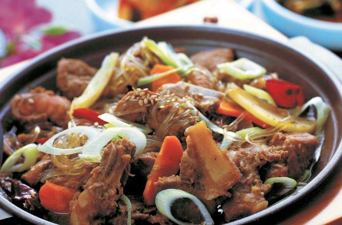 中秋节打算在家里做上一顿丰富大餐的家庭一定少不了的硬菜就是炖牛排!在韩国,牛肉尤其是本国产的牛肉,可以算是料理中的奢侈品,是逢年过节必吃的料理,更是馈送亲朋好友的绝佳礼品。甜辣酱腌制过的牛肉炖一段时间之后就会透出鲜香的味道,配上胡萝卜和洋葱、粉条等,实在诱人。