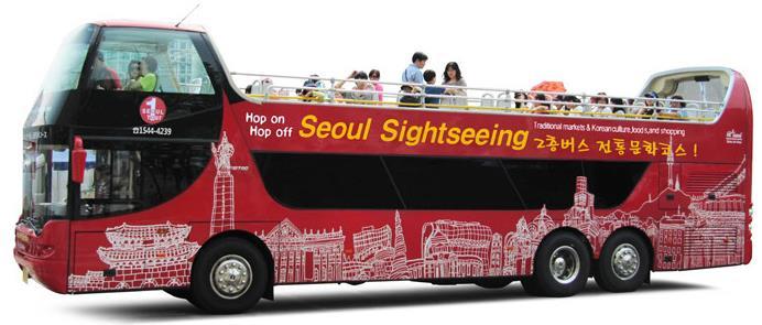 首尔观光巴士有三条主要路线。分别是以韩国传统市场为中心的传统文化路线,覆盖首尔市内各大景点的市区路线,以及覆盖江南区景点的江南区路线,其中市区路线分为古宫线、全景线和夜景线三条分线。所有路线的观光巴士均为循环运行。现在投入运行的有单层巴士、双层巴士和复古巴士三种巴士。部分线路的双层巴士为露天巴士,天气好的时候,坐在露天的二层,吹着风欣赏着首尔的街景,首尔旅行就是这么浪漫。巴士内配备有导游,座位上还配备有耳机,乘客可以通过调频选择相应语种的语音导览。