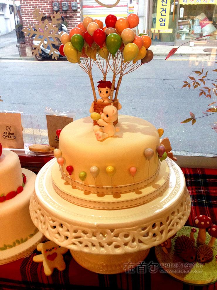 圣诞节是圣诞老人的蛋糕,现在则换成了迎合下雪气氛的摆设装饰.